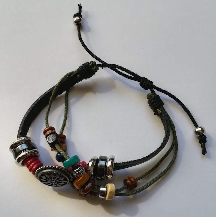 bracelet-cuir-breloques-multiples