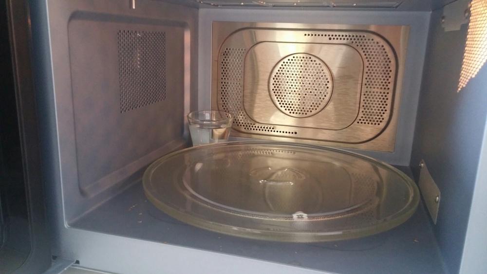 préparation du micro ondes pour chauffer la bambouillotte