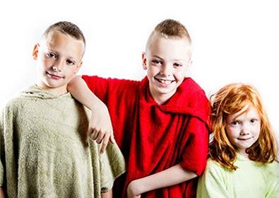 enfants avec poncho